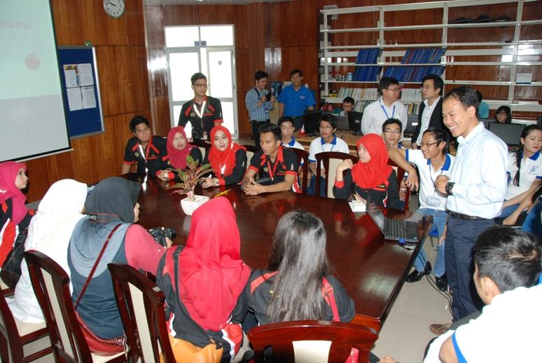 Giao lưu với sinh viên Malaysia