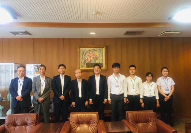 Đoàn UIT chụp hình lưu niệm với lãnh đạo công ty MEC