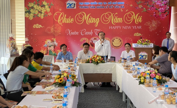 Phó giám đốc ĐHQG-HCM thăm và tặng quà cho sinh viên không về quê đón Tết 2020