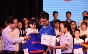 """Sinh viên Trương Thị Ý Lan nhận học bổng """"Tiếp sức đến trường"""""""