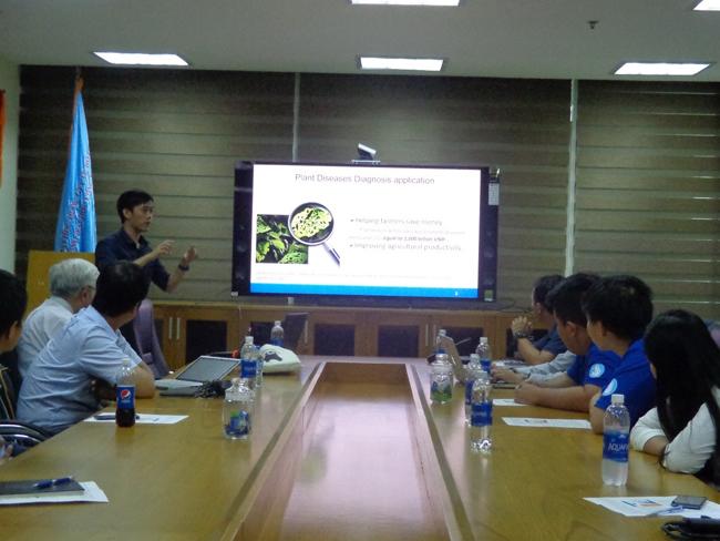 Đại diện học viên cao học giới thiệu công trình nghiên cứu khoa học về ứng dụng phân tích các bệnh về lá
