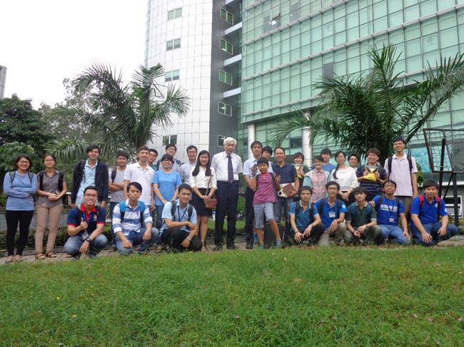 Đoàn Trường Hosei và Trường ĐH CNTT chụp ảnh lưu niệm