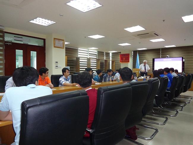 GS. Kazuo Yana giới thiệu chương trình cao học IIST đến các bạn sinh viên Trường ĐH CNTT