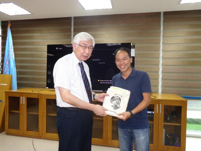GS. Kazuo Yana trao quà lưu niệm cho TS. Ngô Đức Thành