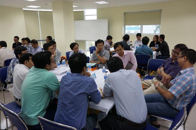 Giảng viên và đại diện doanh nghiệp thảo luận về chương trình đào tạo