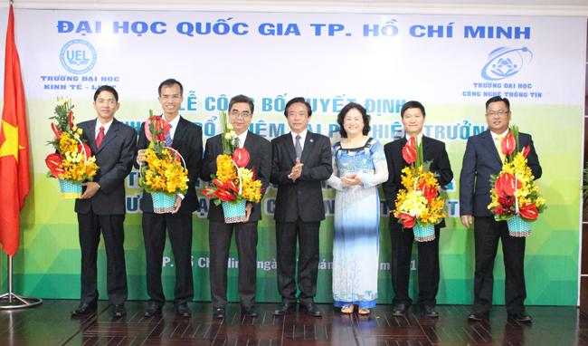 Lãnh đạo của Trường ĐH CNTT và Trường ĐH Kinh Tế-Luật tặng hoa chúc mừng