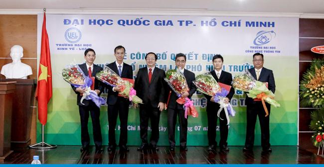 PGS.TS. Huỳnh Thành Đạt trao quyết định cho các tân Phó Hiệu trưởng