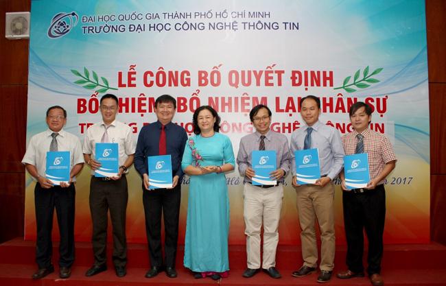 TS Nguyễn Hoàng Tú Anh trao quyết định cho các tân trưởng khoa/Bộ môn