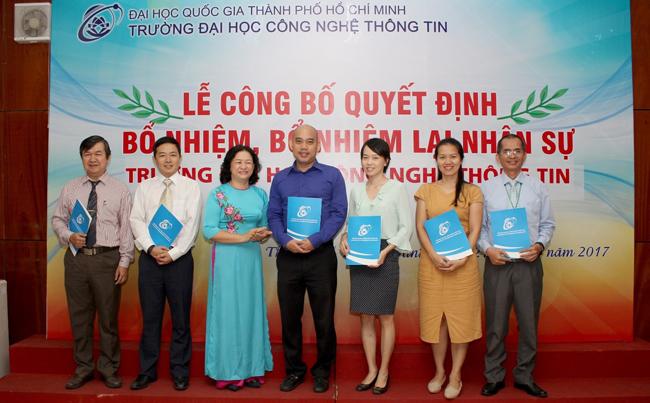 TS Nguyễn Hoàng Tú Anh trao quyết định cho các tân trưởng phòng ban