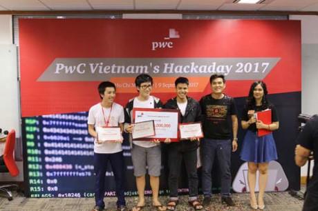 Ban Tổ chức trao giải thưởng cho đội đạt giải