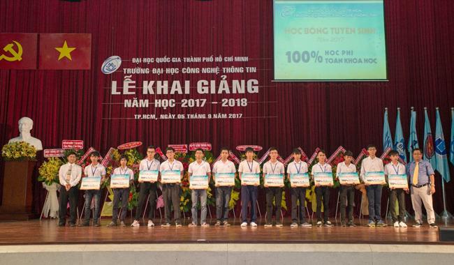 PGS. TS. Vũ Đức Lung và TS. Nguyễn Tấn Trần Minh Khang trao học bổng cho 13 tân sinh viên có điểm tổ hợp xét tuyển cao nhất