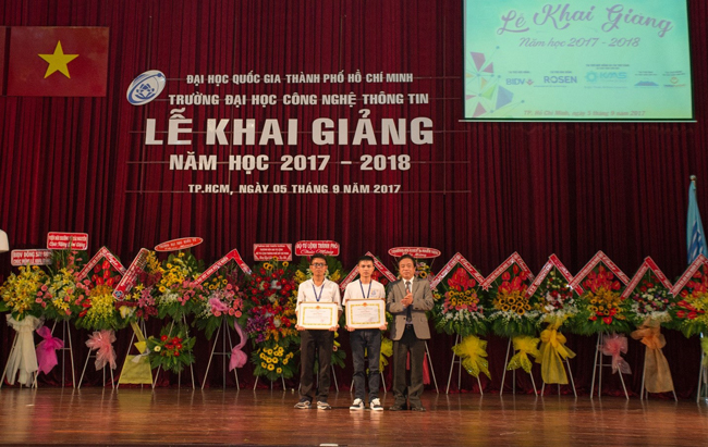 PGS.TS Nguyễn Tiến Dũng trao bằng khen của Giám đốc ĐHQG-HCM cho 2 sinh viên có thành tích xuất sắc