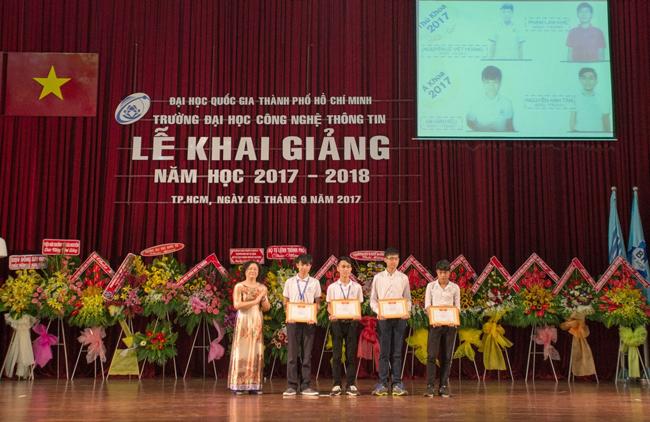 TS. Nguyễn Hoàng Tú Anh trao học bổng cho tân sinh viên là Thủ khoa, Á khoa