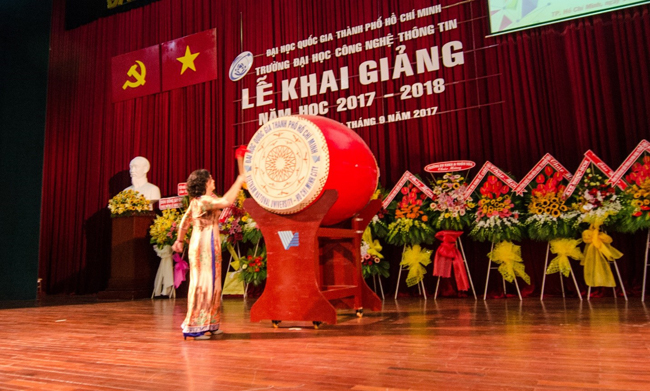 TS Nguyễn Hoàng Tú Anh đánh trống khai trường