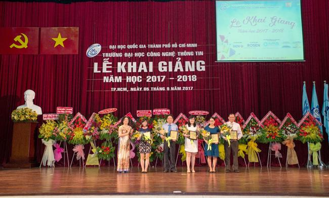 TS Nguyễn Hoàng Tú Anh tặng hoa, kỷ niệm chương cho các đơn vị tài trợ học bổng