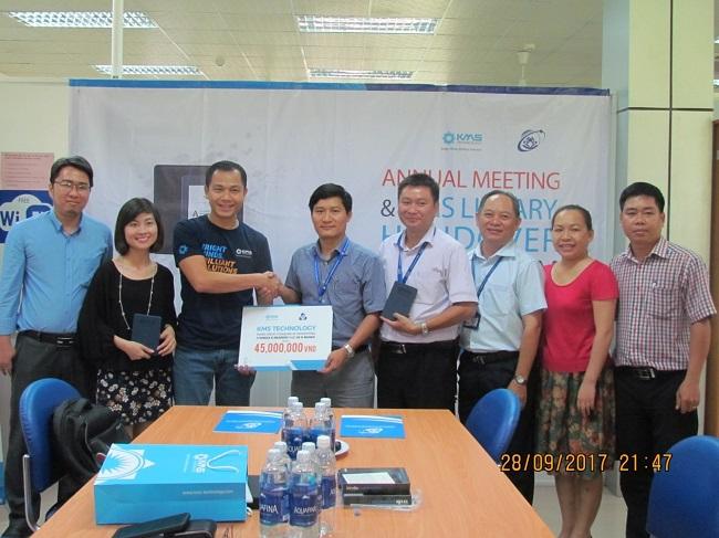 PGS. TS Vũ Đức Lung nhận bảng tượng trưng do ông Nguyễn Việt Hùng trao tặng