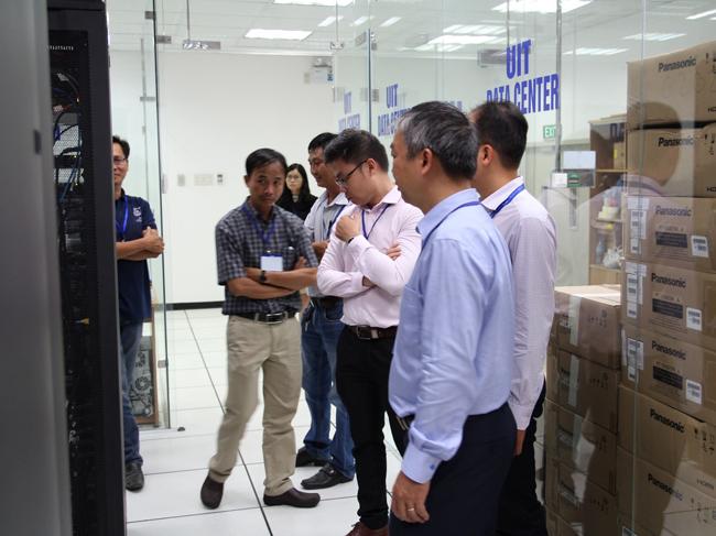 Đoàn tham quan Phòng Data Center