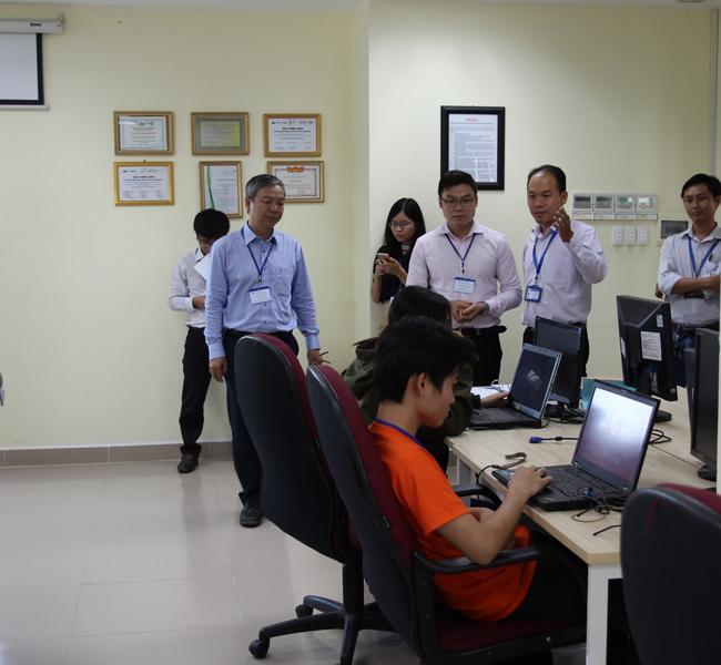Đoàn tham quan Phòng Thí nghiệm Truyền thông Đa phương tiện
