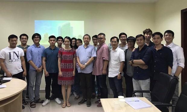 Đoàn khách, TS. Nguyễn Lưu Thùy Ngân và các sinh viên chụp hình lưu niệm