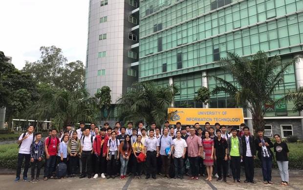 Đoàn khách và đoàn Trường ĐH CNTT chụp ảnh lưu niệm tại khuôn viên của Trường