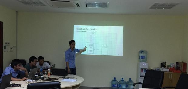 TS. Nguyễn Lưu Thùy Ngân giới thiệu với Ông Kazunori Asada về Trường ĐH CNTT