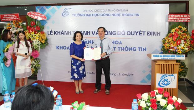PGS. TS. Nguyễn Hoàng Tú Anh trao quyết định thành lập Khoa Khoa học và Kỹ thuật Thông tin