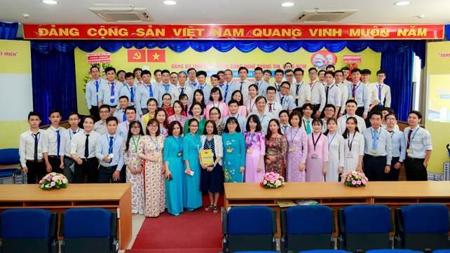 Ban Chấp hành Đảng bộ Trường Đại học CNTT nhiệm kỳ 2020-2025 chụp hình lưu niệm